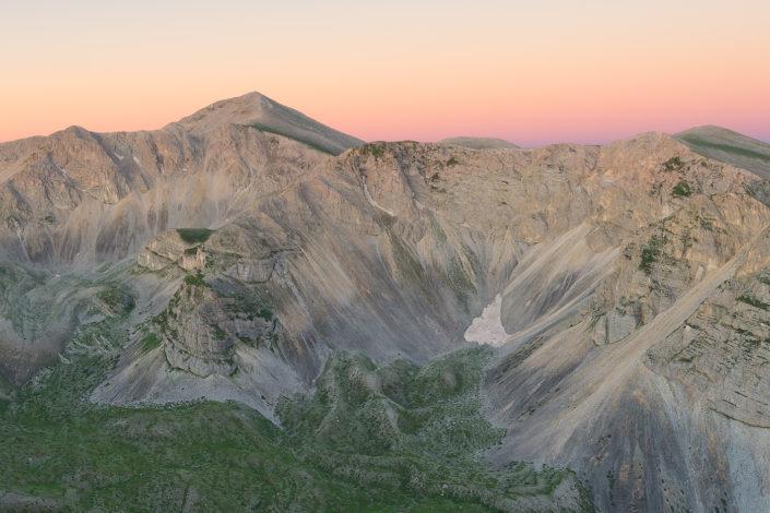 Il massiccio del Monte Velino nei colori dell'aurora