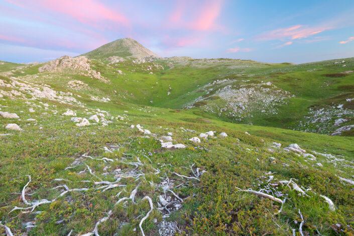 I delicati colori del crepuscolo abbracciano la vetta del Monte Cotento - Monti Simbruini