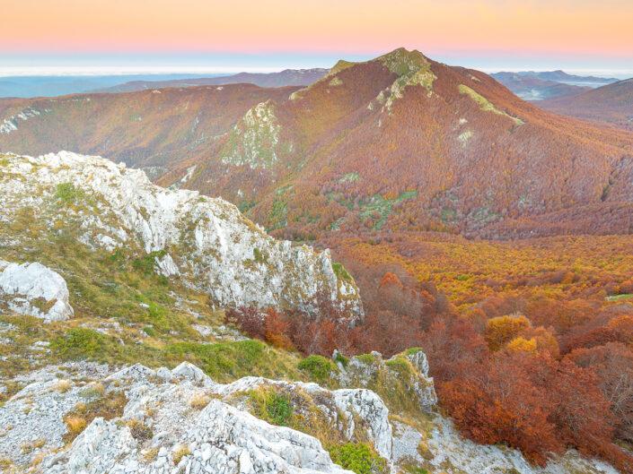 Panorama autunnale all'alba sulle vaste faggete del Monte Tarino - Monti Simbruini